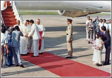 Bangladesh President General H. M. Ershad welcomes Pope John Paul II at the Zia International Airport in Dhaka on Nov. 19, 1986